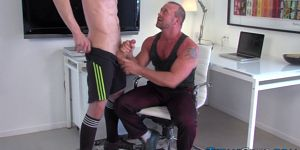 Muscly Hunk Cums On Bear